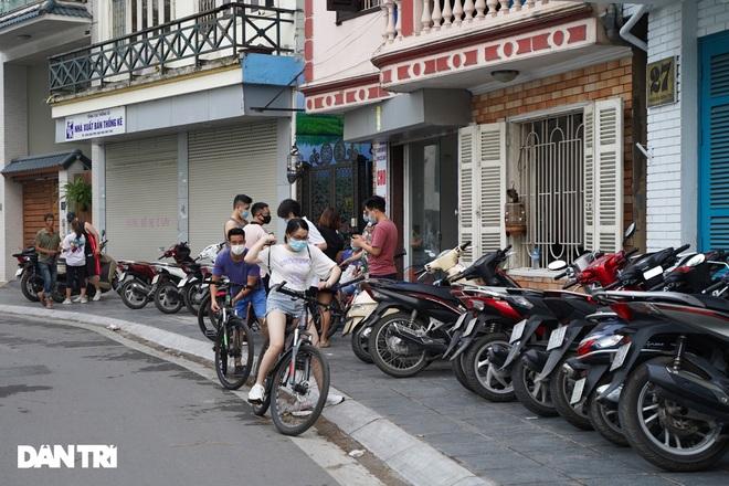 Hồ Gươm bị cấm, dân Hà Nội đổ ra chật kín đường ven hồ Tây đạp xe, chạy bộ - 7