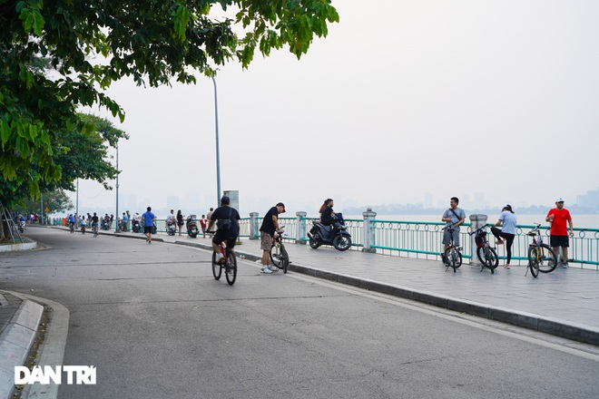 Hồ Gươm bị cấm, dân Hà Nội đổ ra chật kín đường ven hồ Tây đạp xe, chạy bộ - 9