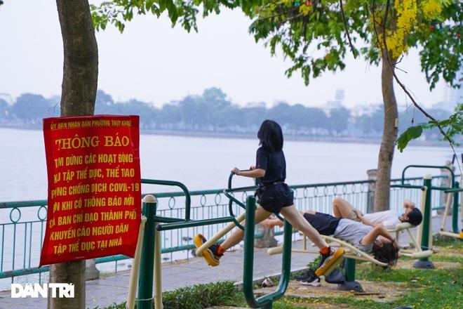Hồ Gươm bị cấm, dân Hà Nội đổ ra chật kín đường ven hồ Tây đạp xe, chạy bộ - 8