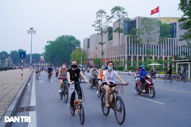 Hồ Gươm bị cấm, dân Hà Nội đổ ra chật kín đường ven hồ Tây đạp xe, chạy bộ - 10