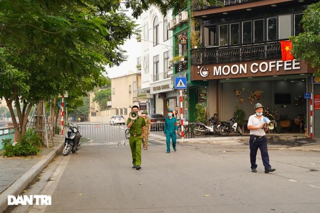 Hồ Gươm bị cấm, dân Hà Nội đổ ra chật kín đường ven hồ Tây đạp xe, chạy bộ - 5