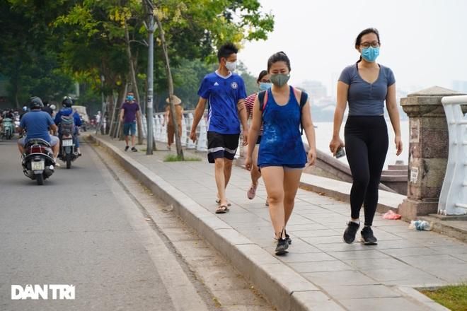 Hồ Gươm bị cấm, dân Hà Nội đổ ra chật kín đường ven hồ Tây đạp xe, chạy bộ - 4