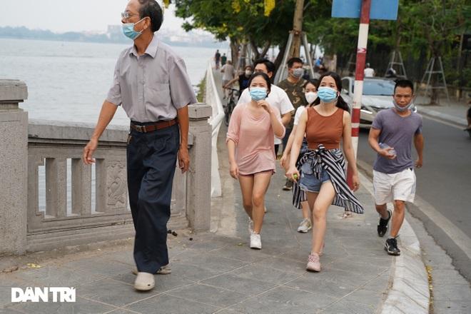 Hồ Gươm bị cấm, dân Hà Nội đổ ra chật kín đường ven hồ Tây đạp xe, chạy bộ - 3