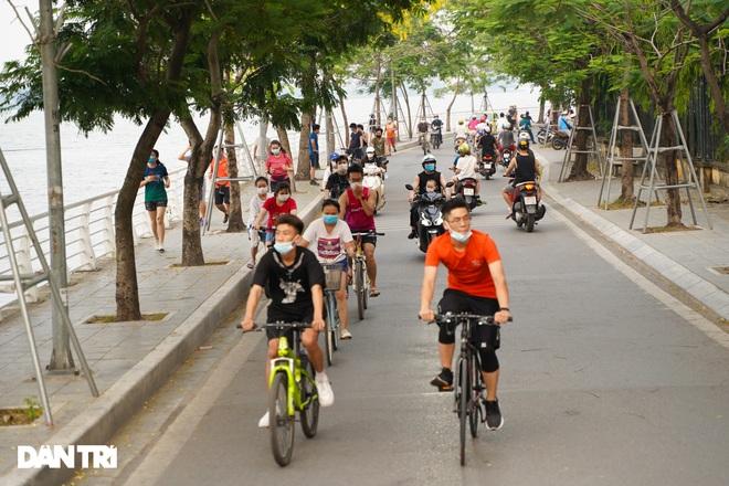 Hồ Gươm bị cấm, dân Hà Nội đổ ra chật kín đường ven hồ Tây đạp xe, chạy bộ - 1