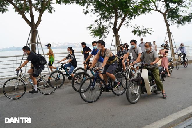 Hồ Gươm bị cấm, dân Hà Nội đổ ra chật kín đường ven hồ Tây đạp xe, chạy bộ - 2