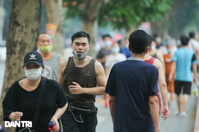 Hồ Gươm bị cấm, dân Hà Nội đổ ra chật kín đường ven hồ Tây đạp xe, chạy bộ - 13
