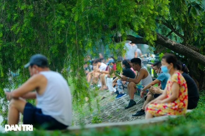 Hồ Gươm bị cấm, dân Hà Nội đổ ra chật kín đường ven hồ Tây đạp xe, chạy bộ - 12