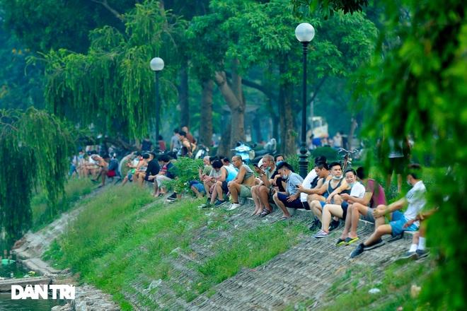 Hồ Gươm bị cấm, dân Hà Nội đổ ra chật kín đường ven hồ Tây đạp xe, chạy bộ - 11