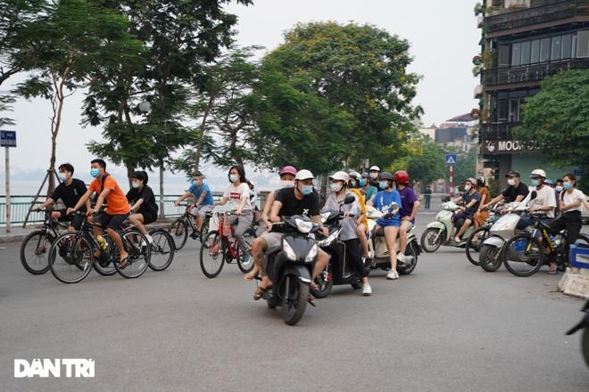 Hồ Gươm bị cấm, dân Hà Nội đổ ra chật kín đường ven hồ Tây đạp xe, chạy bộ - 6