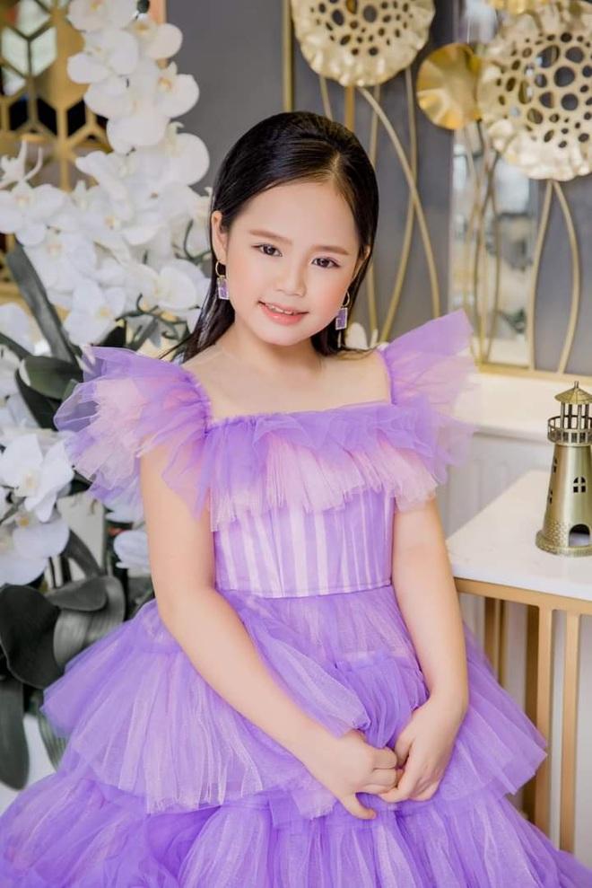 Á hậu 9 tuổi chiếm sóng Thời sự 19h ủng hộ Quỹ vắc xin Covid