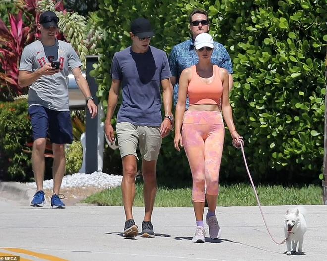 Ivanka Trump đốt cháy ánh nhìn khi dắt chó dạo bộ - 1