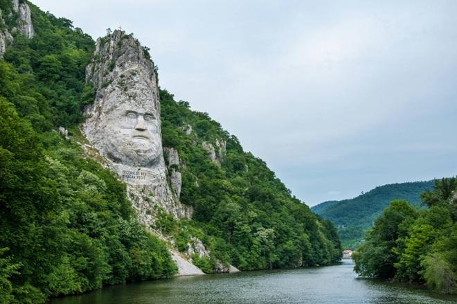 Ấn tượng với khối đá khủng khắc hình gương mặt Nhà vua - 2