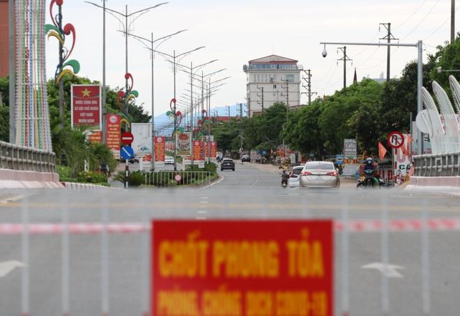 Thành phố Hà Tĩnh vắng lặng trong ngày đầu áp dụng cách ly - 2