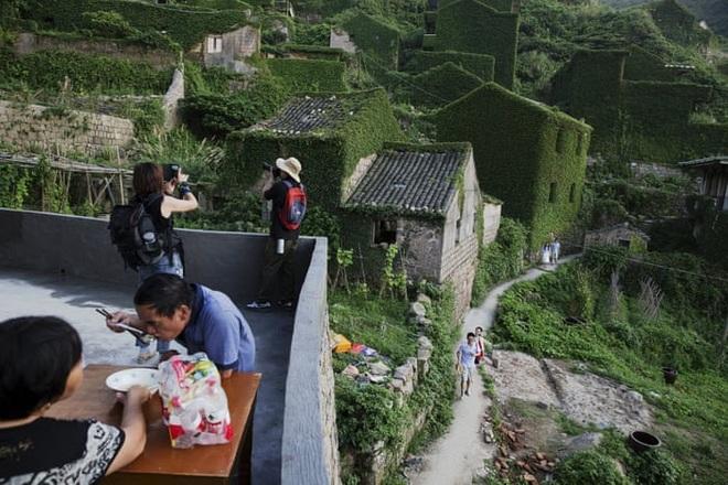 Cây xanh nuốt chửng làng ma nổi tiếng Trung Quốc - 8