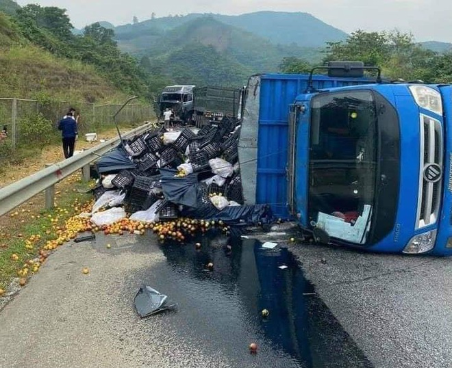 Bốn ô tô va chạm liên hoàn trên cao tốc Nội Bài - Lào Cai - 1