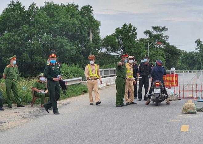 Thành phố Hà Tĩnh vắng lặng trong ngày đầu áp dụng cách ly - 6