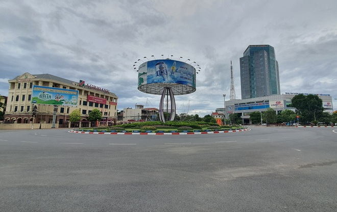 Thành phố Hà Tĩnh vắng lặng trong ngày đầu áp dụng cách ly - 1