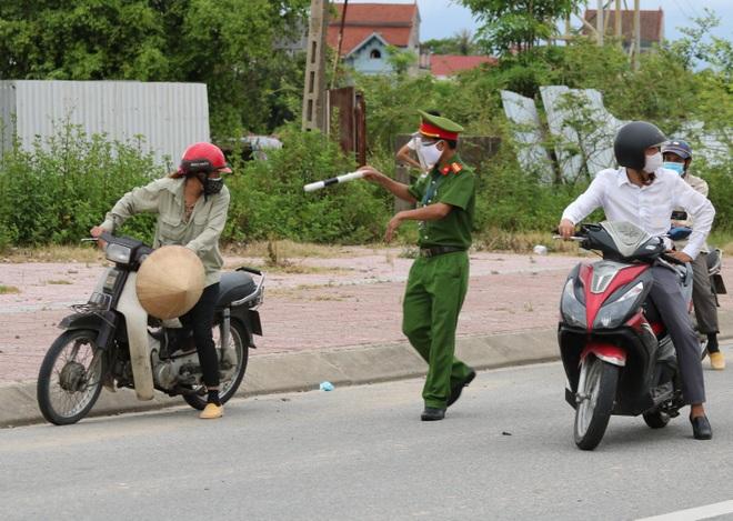 Thành phố Hà Tĩnh vắng lặng trong ngày đầu áp dụng cách ly - 3