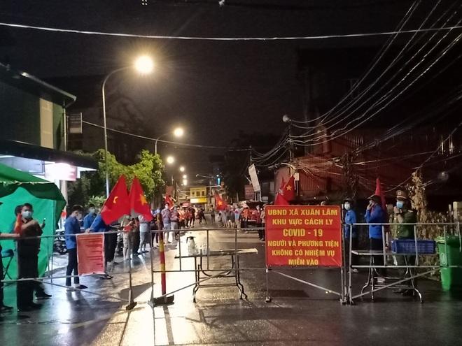 Bắc Ninh: Người dân 3 thôn vẫy cờ hò reo vì được gỡ lệnh cách ly - 2