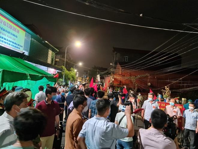 Bắc Ninh: Người dân 3 thôn vẫy cờ hò reo vì được gỡ lệnh cách ly - 1