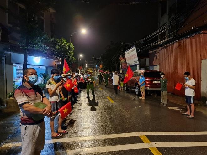 Bắc Ninh: Người dân 3 thôn vẫy cờ hò reo vì được gỡ lệnh cách ly - 4