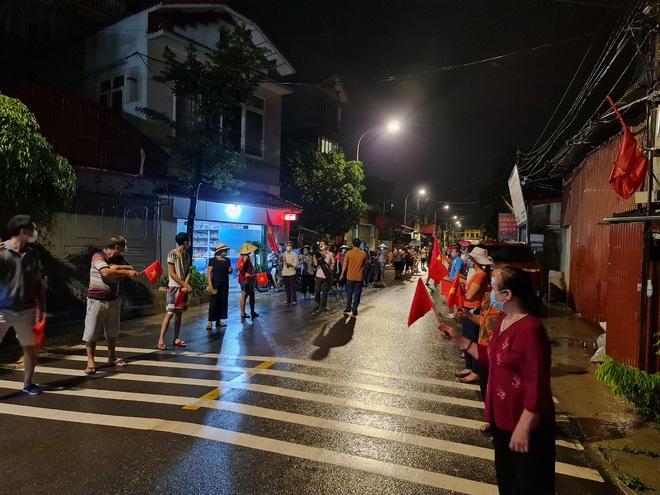 Bắc Ninh: Người dân 3 thôn vẫy cờ hò reo vì được gỡ lệnh cách ly - 5