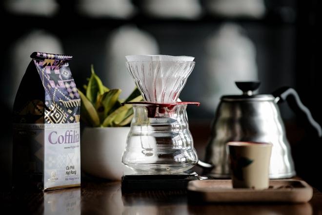 Pha cà phê với dụng cụ hình chiếc nón độc đáo - 1