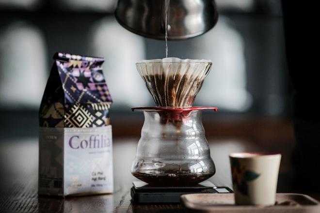 Pha cà phê với dụng cụ hình chiếc nón độc đáo - 2