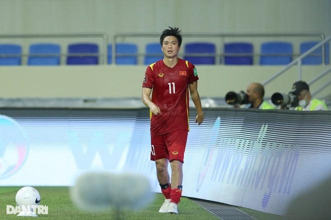 Vào bóng thô bạo với Tuấn Anh, cầu thủ của Indonesia vẫn không bị đuổi - 1