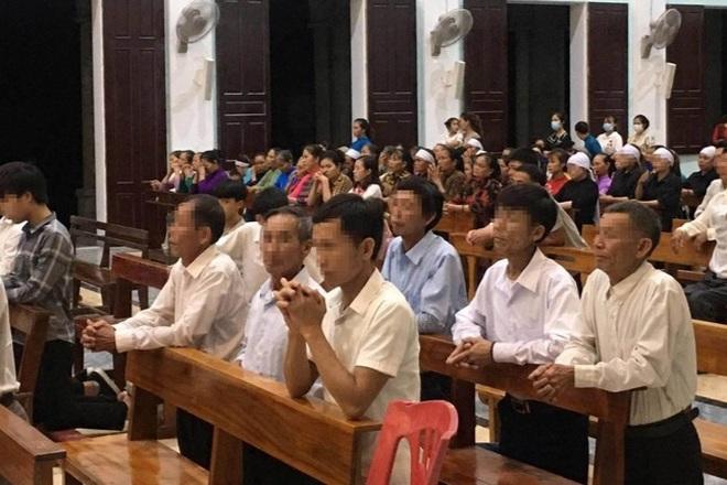 Linh mục tổ chức cho 300 giáo dân hành lễ bị xử phạt 7,5 triệu đồng - 1