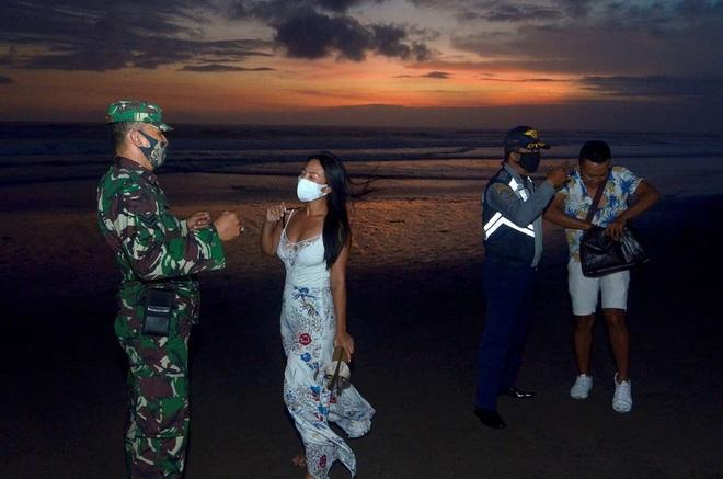 Du khách quay cảnh nóng, thực hiện hành vi phản cảm ở Bali - 1