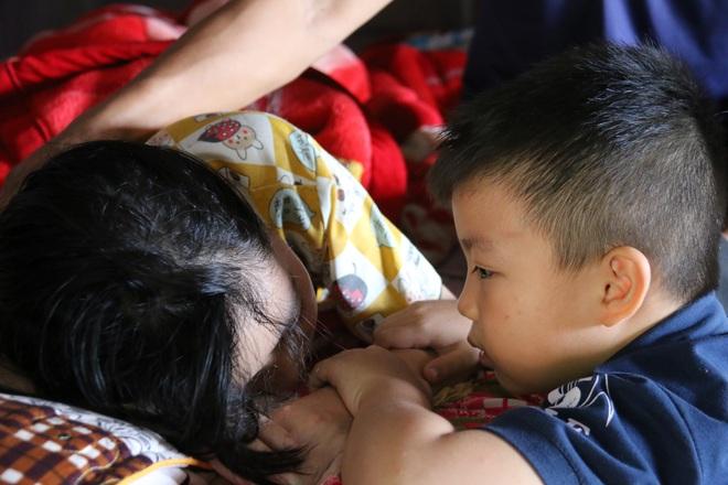 Rớt nước mắt cậu bé 5 tuổi khẩn cầu sự sống cho mẹ giữa đại ngàn Tây Nguyên - 9