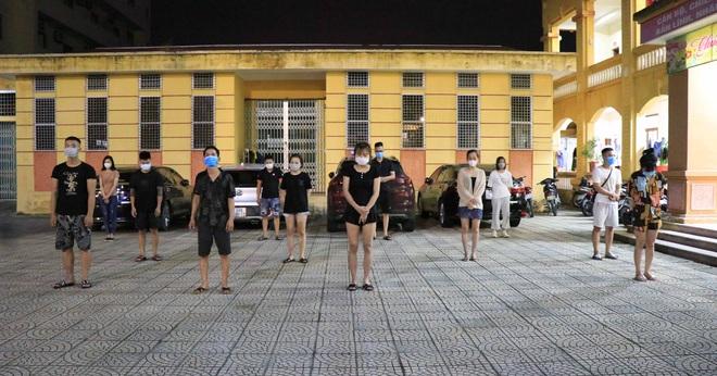 Bắt vợ chồng quản lý khách sạn và 11 nam nữ tụ tập sử dụng ma túy - 1