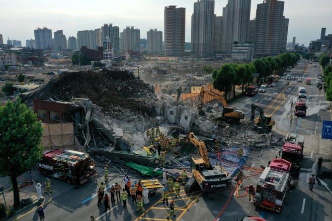 Ngôi nhà 5 tầng tại Hàn Quốc đổ sập xuống xe buýt, 9 người chết - 1