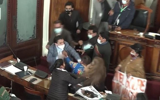 Nghị sĩ Bolivia ẩu đả dữ dội giữa kỳ họp quốc hội - 1