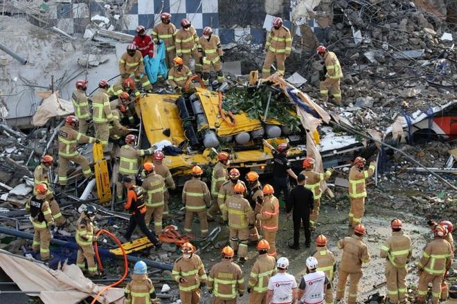 Ngôi nhà 5 tầng tại Hàn Quốc đổ sập xuống xe buýt, 9 người chết - 2