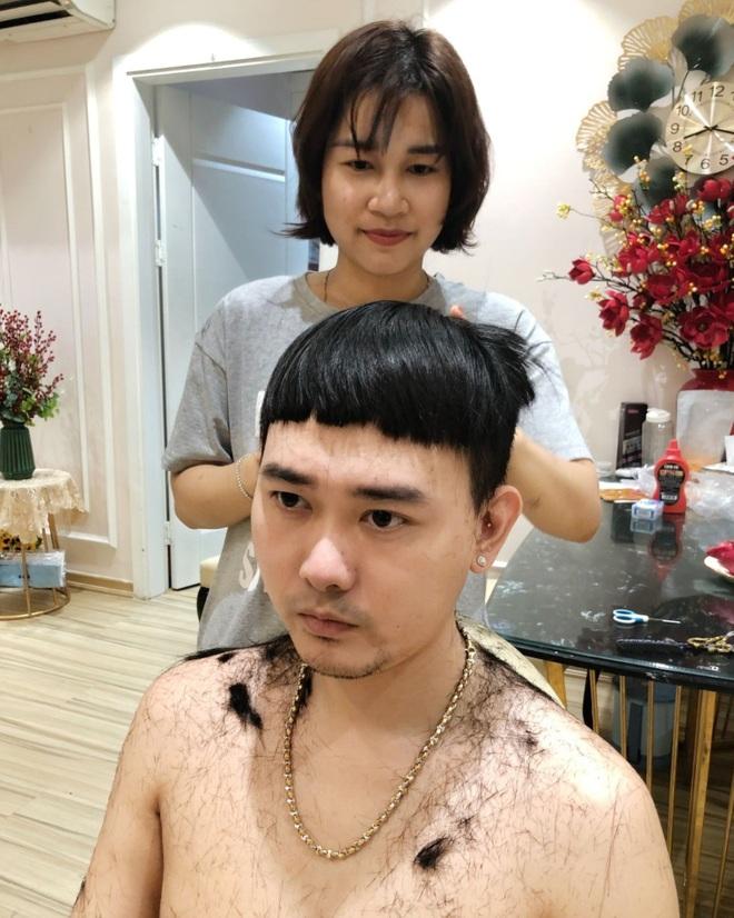 Chết cười khi vợ trẻ trở thành thợ cắt tóc bất đắc dĩ cho chồng - 1
