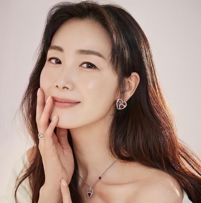 Xôn xao trước thông tin chồng kém tuổi cắm sừng Choi Ji Woo - 1