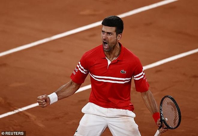 Djokovic đá biển quảng cáo trong trận tứ kết Roland Garros - 1