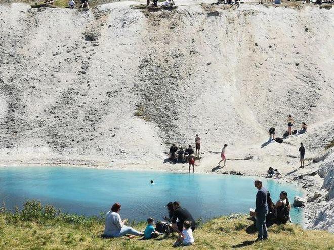 Hồ nước xanh ngắt tuyệt đẹp nhưng bạn cần tránh xa vì lý do này - 1