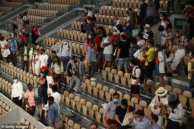 Djokovic đá biển quảng cáo trong trận tứ kết Roland Garros - 2
