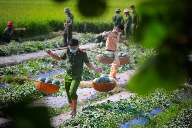 Những khoảnh khắc vượt nắng, thắng mưa của Công an Bắc Giang thời dịch - 10