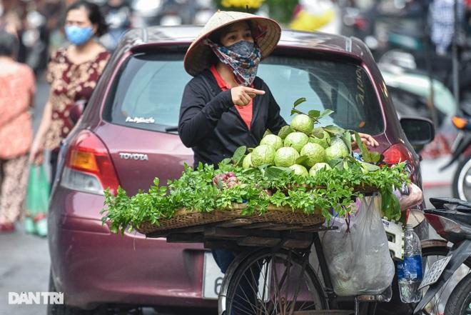 Chợ nhà giàu mùa dịch: Chẳng còn khách chịu chi, gà càng to càng ế - 9
