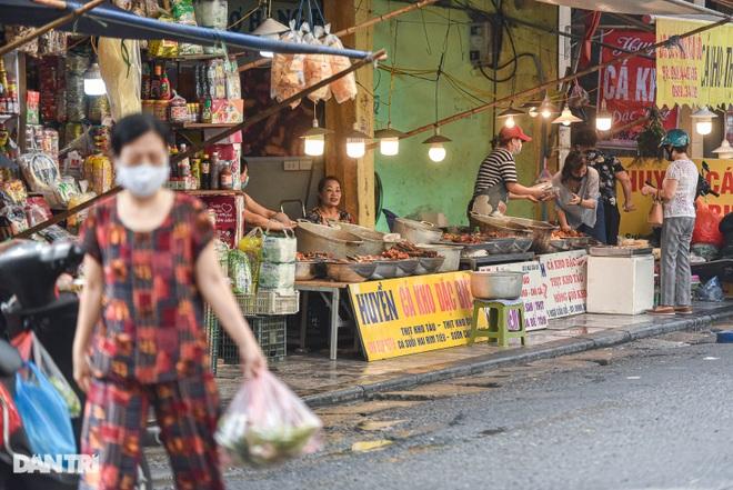 Chợ nhà giàu mùa dịch: Chẳng còn khách chịu chi, gà càng to càng ế - 12