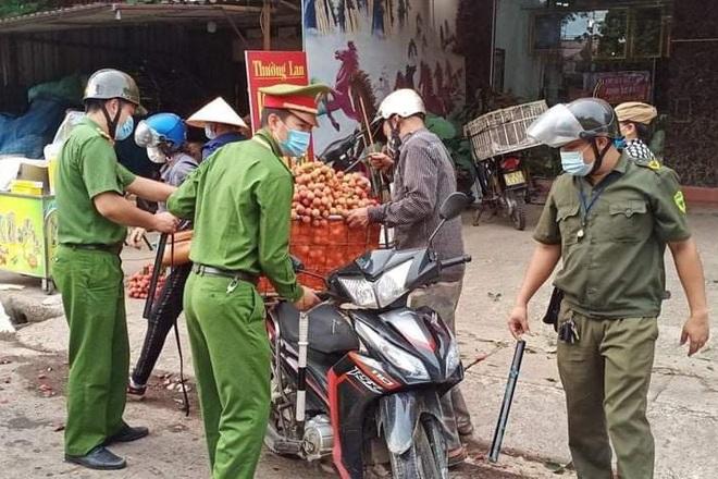 Những khoảnh khắc vượt nắng, thắng mưa của Công an Bắc Giang thời dịch - 3