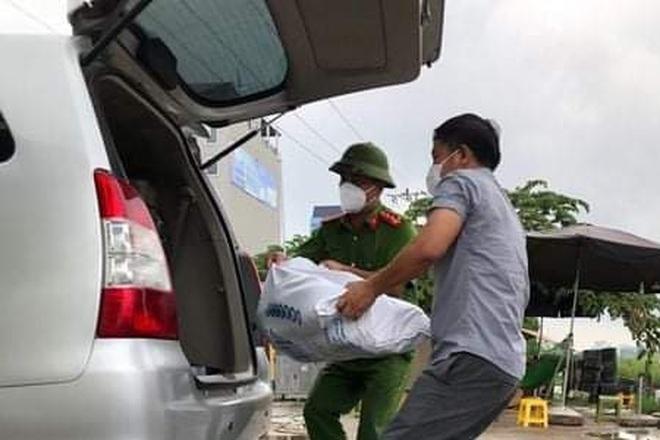 Những khoảnh khắc vượt nắng, thắng mưa của Công an Bắc Giang thời dịch - 4