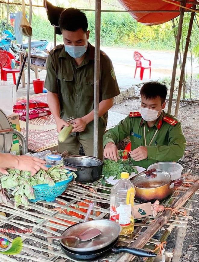Những khoảnh khắc vượt nắng, thắng mưa của Công an Bắc Giang thời dịch - 8
