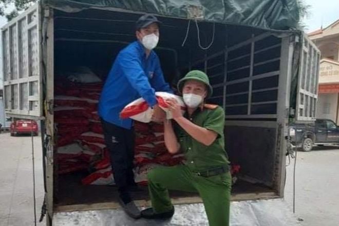 Những khoảnh khắc vượt nắng, thắng mưa của Công an Bắc Giang thời dịch - 9