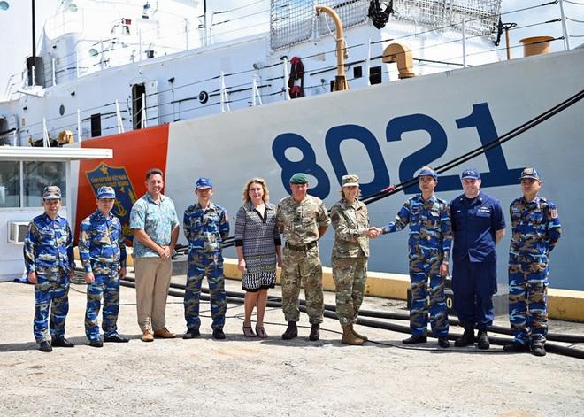 Hai chuẩn tướng lên thăm tàu Cảnh sát biển bàn giao cho Việt Nam tại Hawaii - 1
