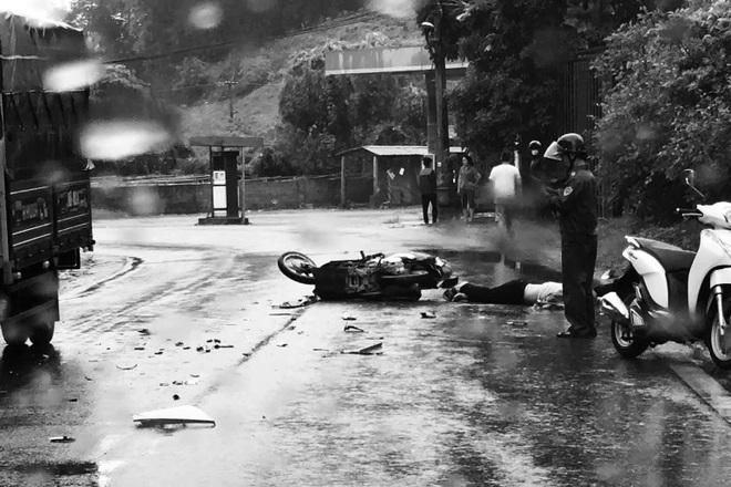 Xe đầu kéo va chạm xe máy, 3 người thương vong - 1